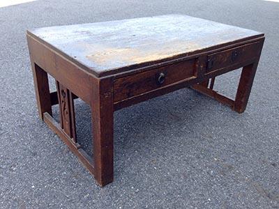 古くて傷んでいるけれど、補修すれば光りそうな、思い出のつまった机