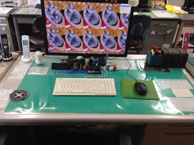 ミニマリストっぽいトン十郎の机の写真