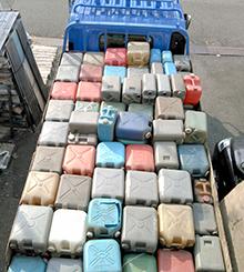 不用品回収(産業廃棄物ポリ容器)トラックに積み込んだ写真