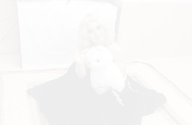 薄くなりすぎてほとんど見えない、ジョセフィーヌを抱いたトン之丞の写真