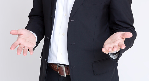 男性の手の写真