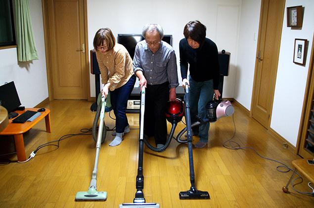 一人1台ずつ掃除機を使って3人で掃除している写真