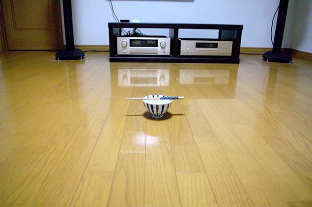 リビングの真ん中に茶碗とお箸を置いた写真