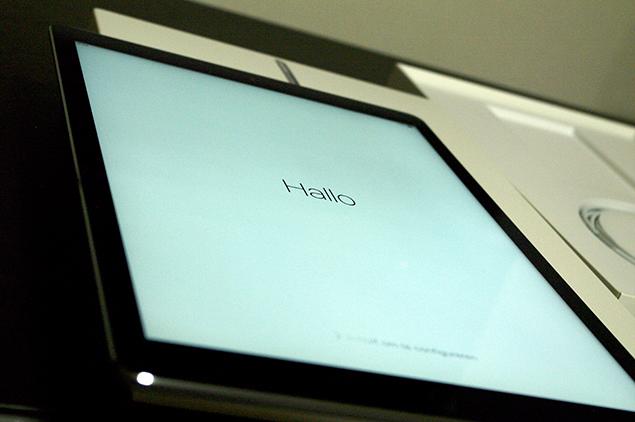 iPad Proの画面に、「Hallo」と表示されている写真