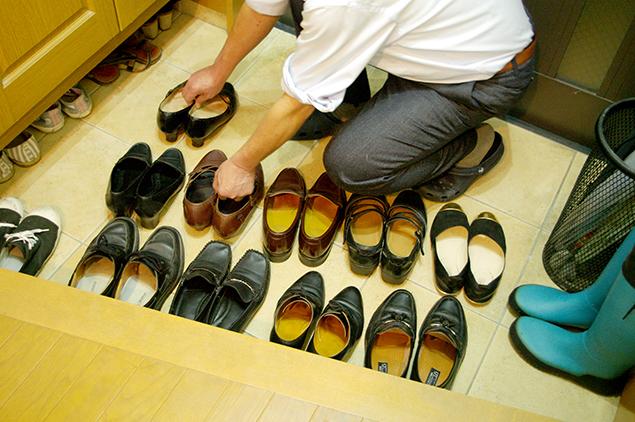 玄関に靴を並べている写真