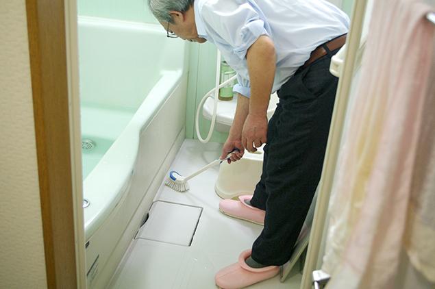風呂掃除をしている写真
