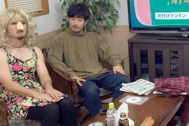 ソファに並んで座る、トン太とキャサリンちゃんの写真