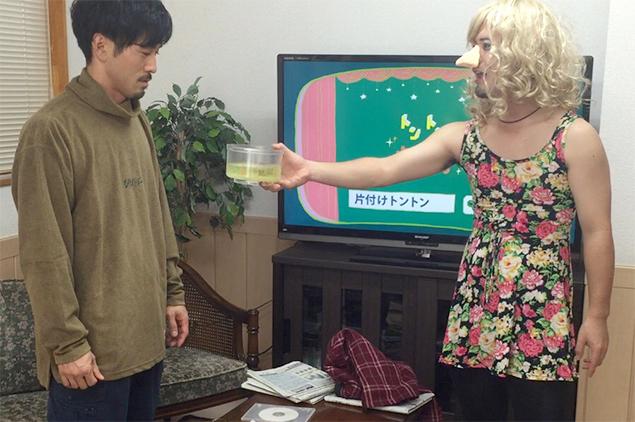 液体の入った容器を、トン太に差し出すキャサリンちゃんの写真