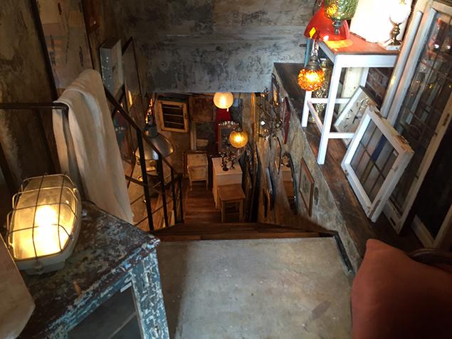 70B ANTIQUESの階段の途中の写真