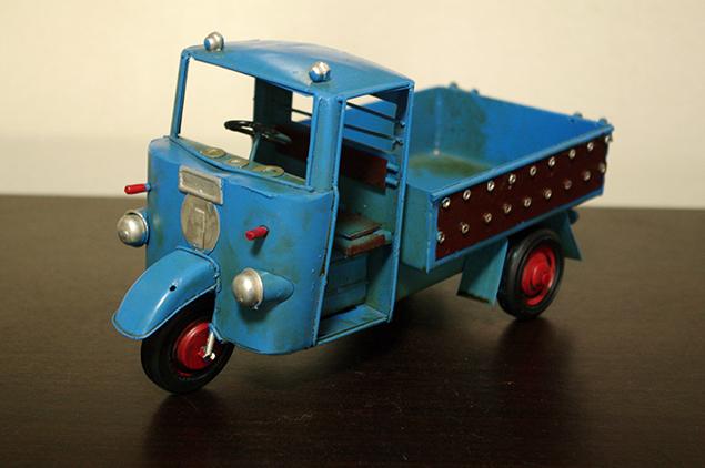 アンティークの3輪トラックのオモチャの写真