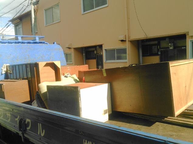 粗大ごみや不用品をトラックに積み込んだ写真