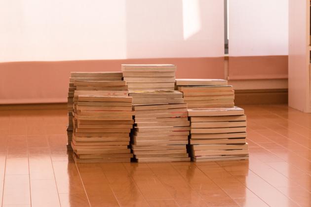 マンガ本を積み上げた写真