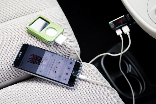 トランスミッターでiPhoneとiPodを充電している写真