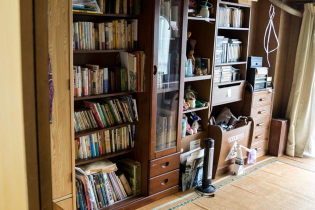 片付け前の本棚の写真