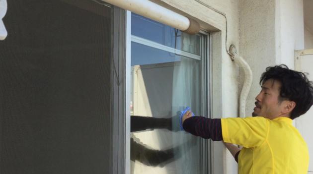 窓を掃除している写真