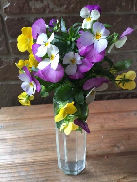 花束を花瓶に挿した写真