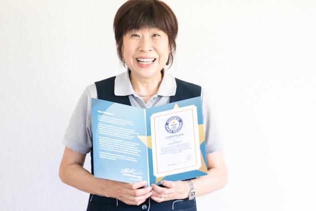 トン子が名古屋ウィメンズマラソンのギネス認定証書を持っている写真