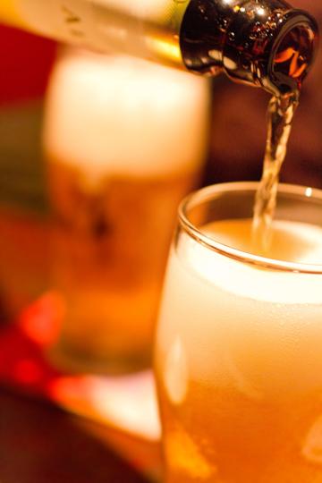 グラスにビールを注いでいる写真