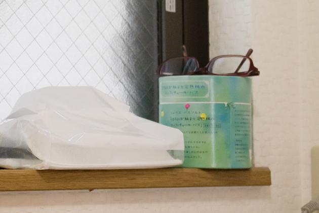 ビフォー写真:窓の桟の入浴剤の上にメガネを置いている