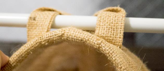 ラウンド型の麻カゴで、吊り下げ式洗濯ネット収納を作る