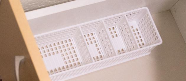 可動の仕切り板付きプラスチック製のカゴ