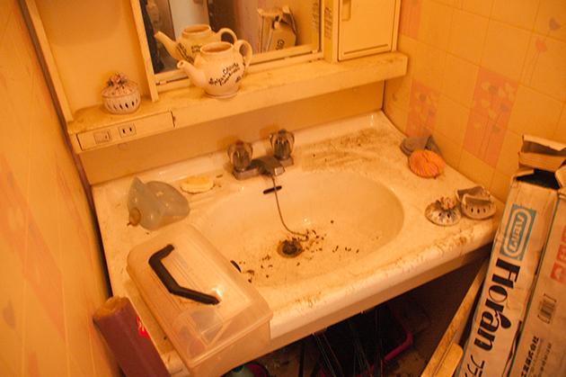片付け・大掃除前の洗面台