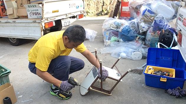金属のついた家具を電動ドライバーで解体している写真