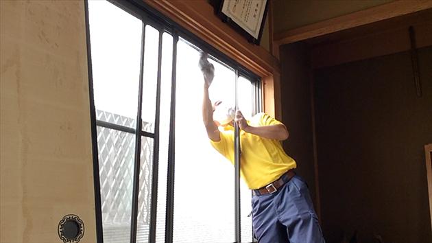 窓掃除をしているスタッフの写真