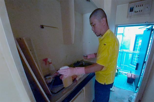 キッチンを掃除している写真
