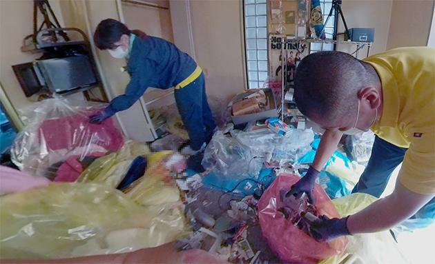 汚部屋片付け作業の写真