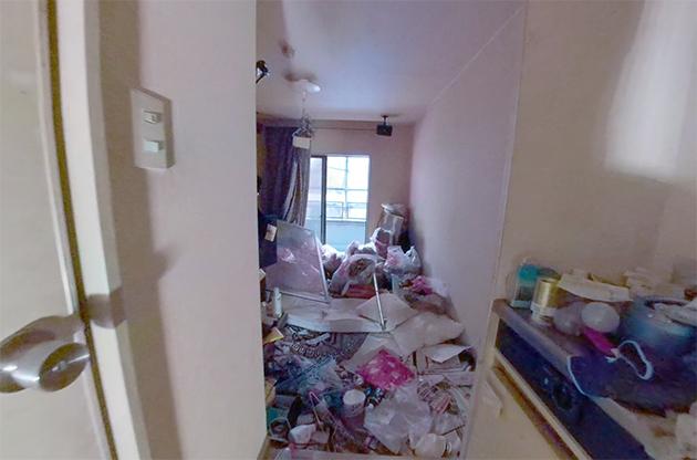 汚部屋になってしまった賃貸アパートの玄関付近のビフォー写真