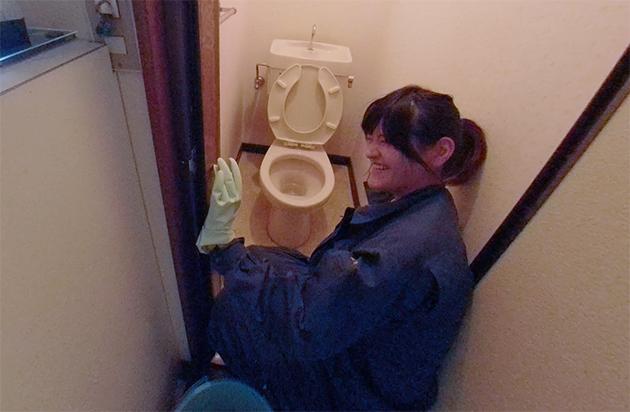 トイレを掃除している写真