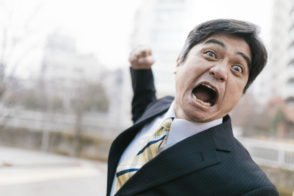 怒った男性の写真