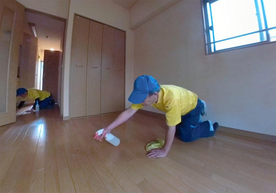 床掃除をしている写真