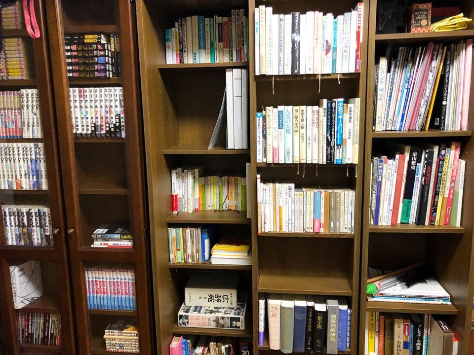 本棚に本がいっぱい詰まっている写真