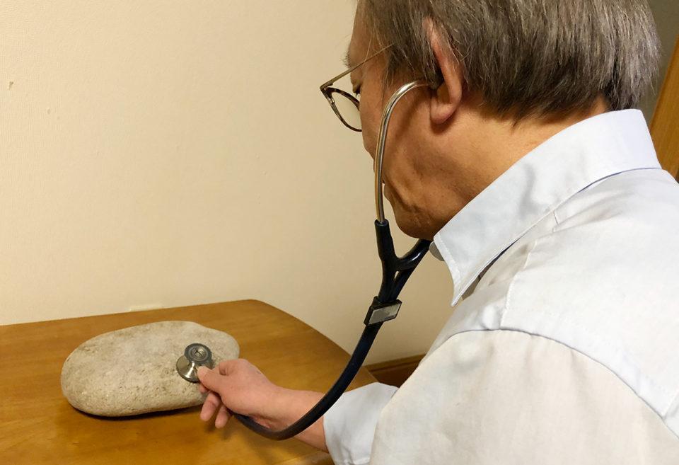 聴診器を使っている写真