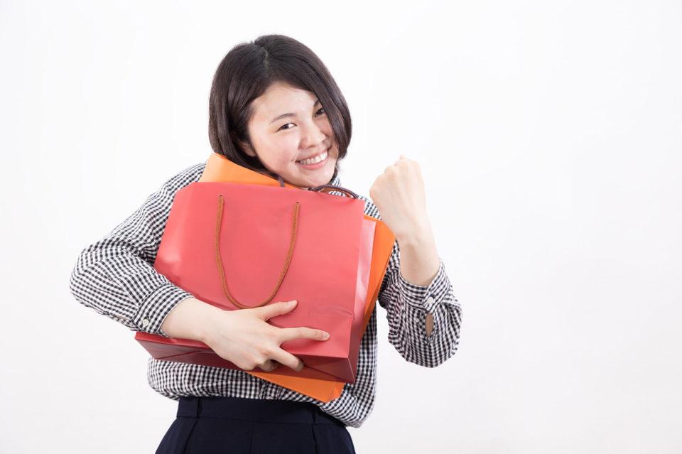 買い物をして喜ぶ女性の写真