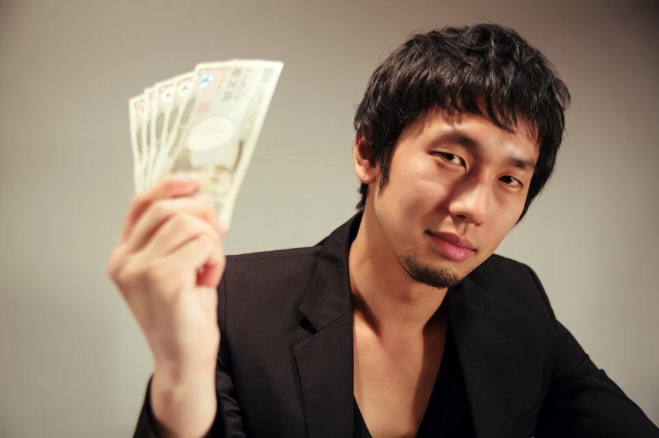 お金を持った男性の写真