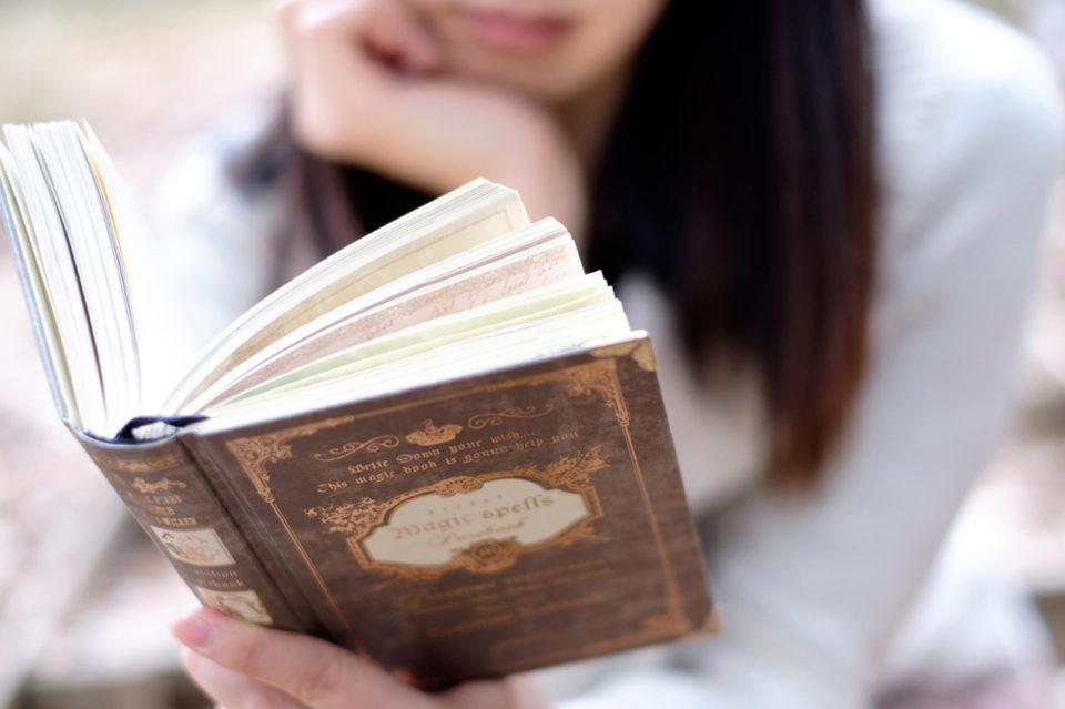 本を読んでいる写真
