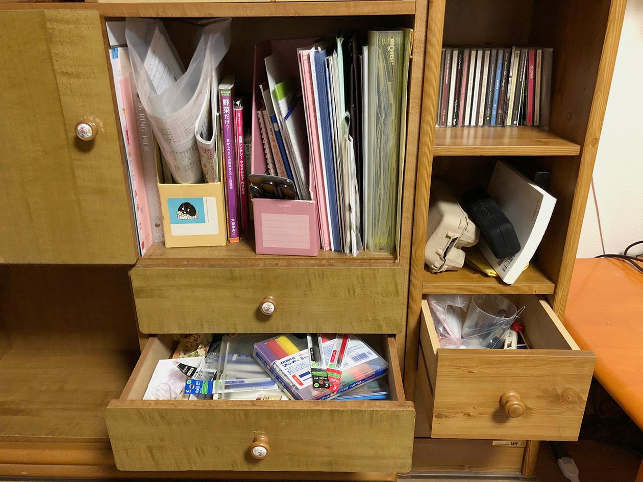 物でいっぱいになった収納家具の写真