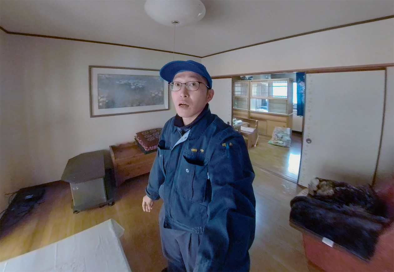部屋の整理をしようとしているスタッフの写真