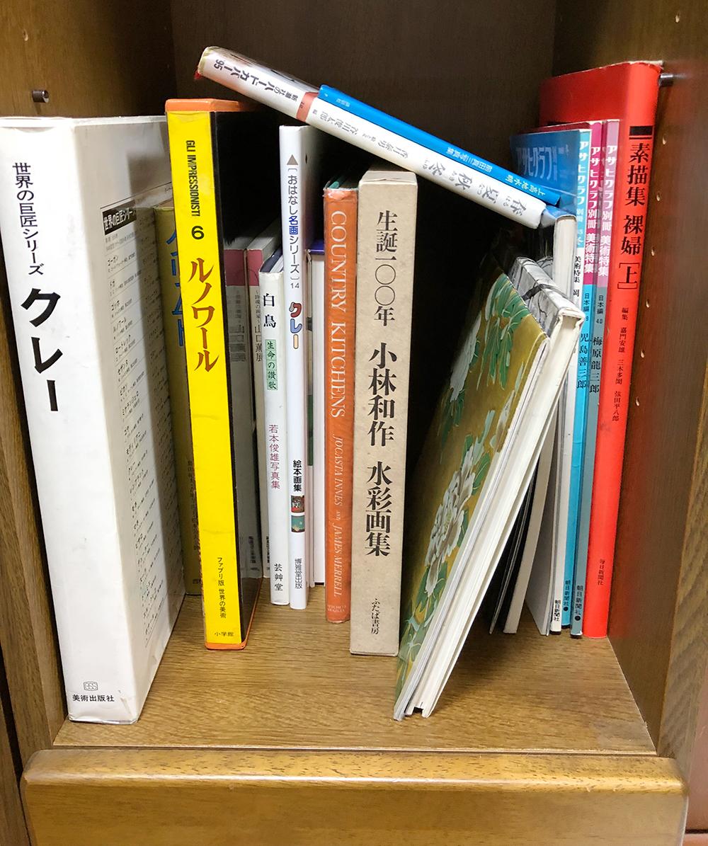 乱雑に本が入っている本棚の写真