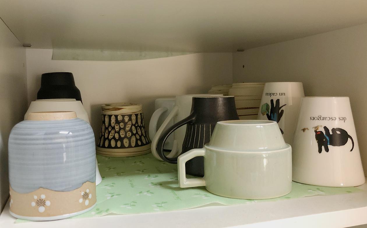 整頓した食器棚の写真