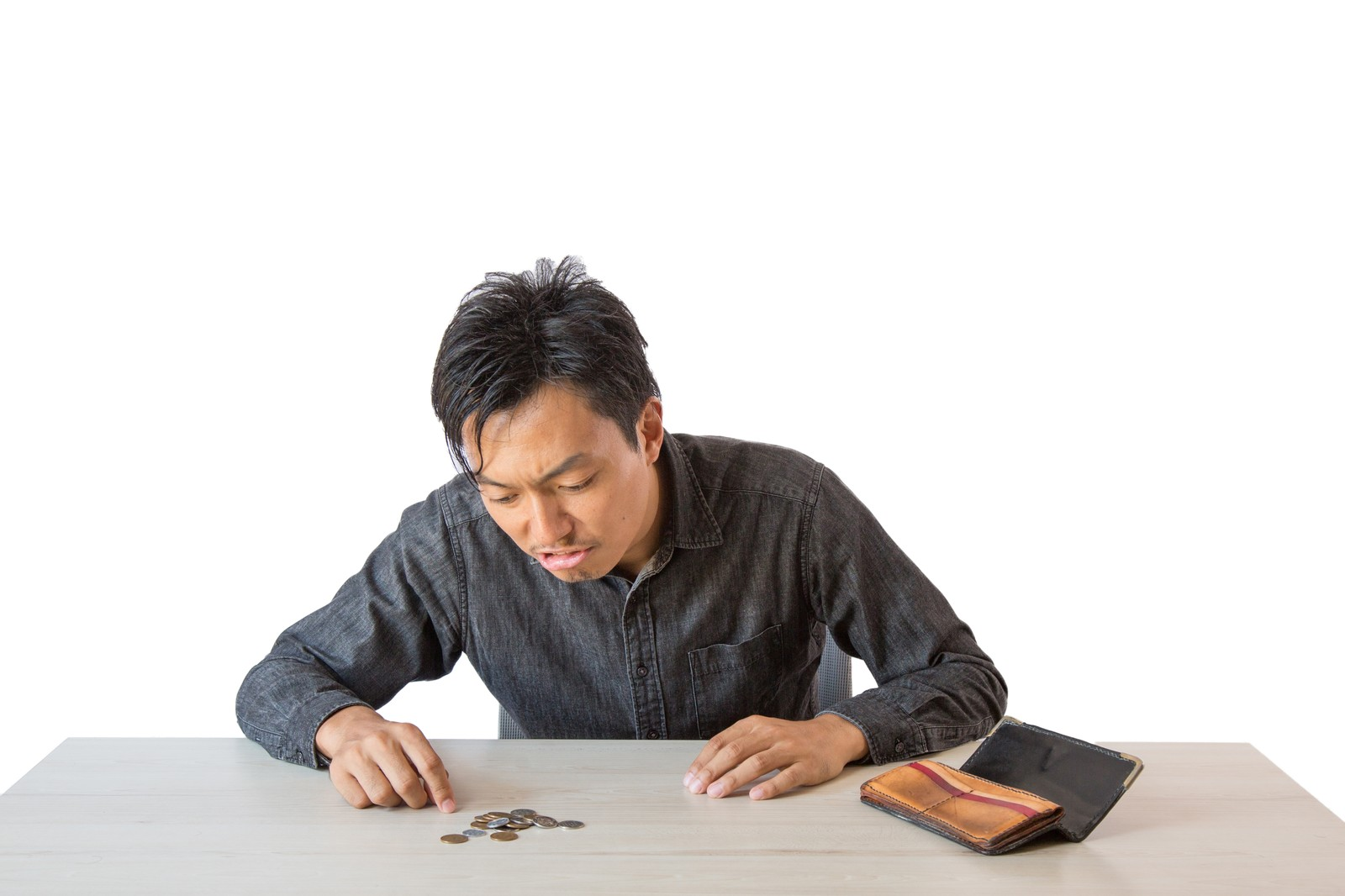 小銭を数えている男性の写真