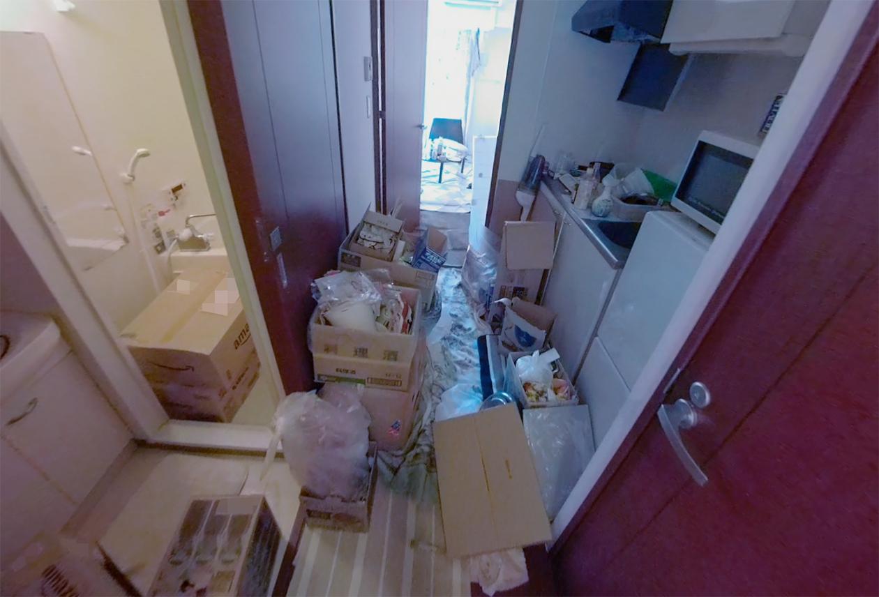 廊下にたくさんの物が置いてある写真