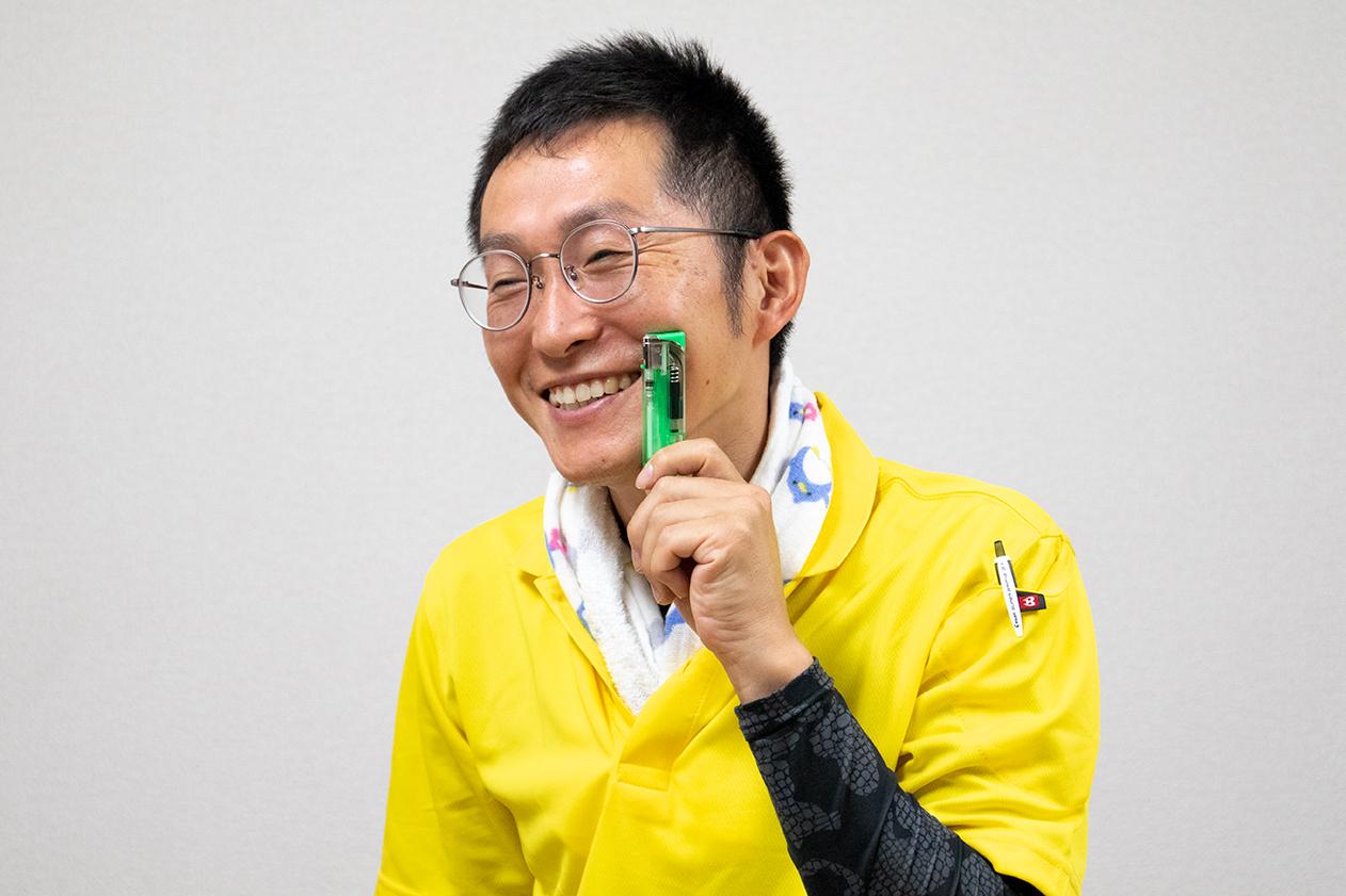 ライターを持った岡本の写真