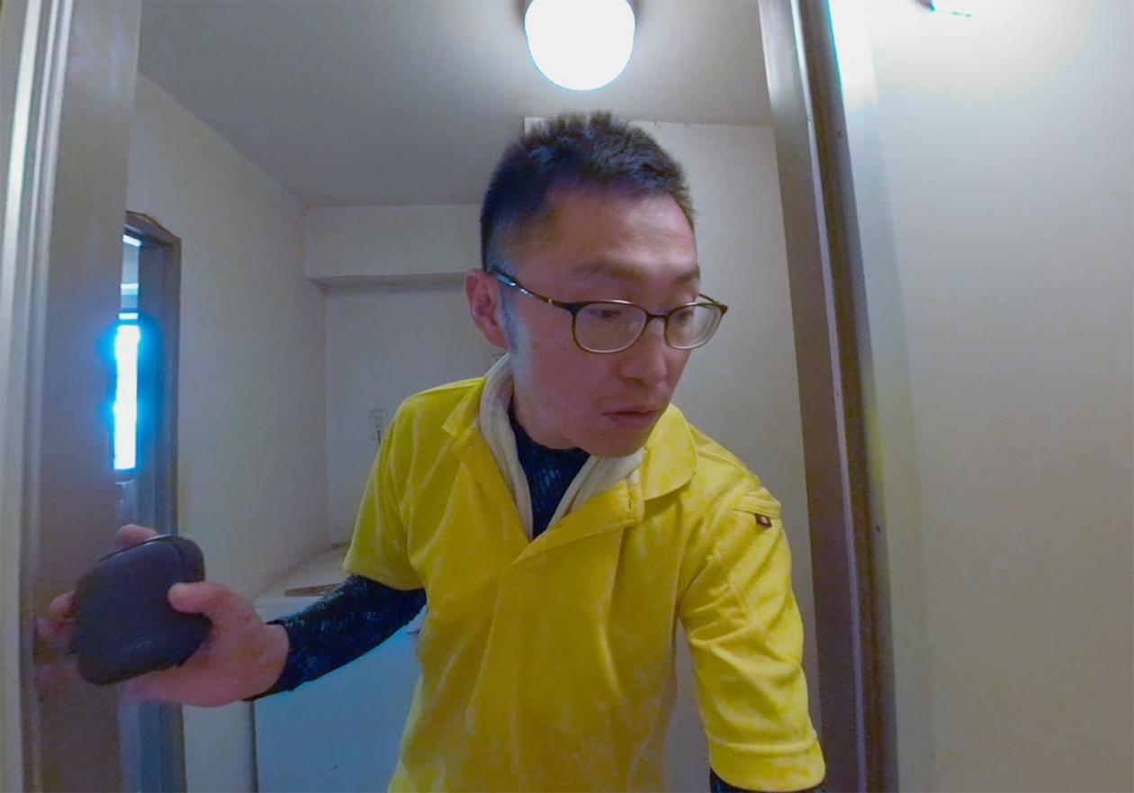 スタッフの岡本がお風呂の前に立っている写真