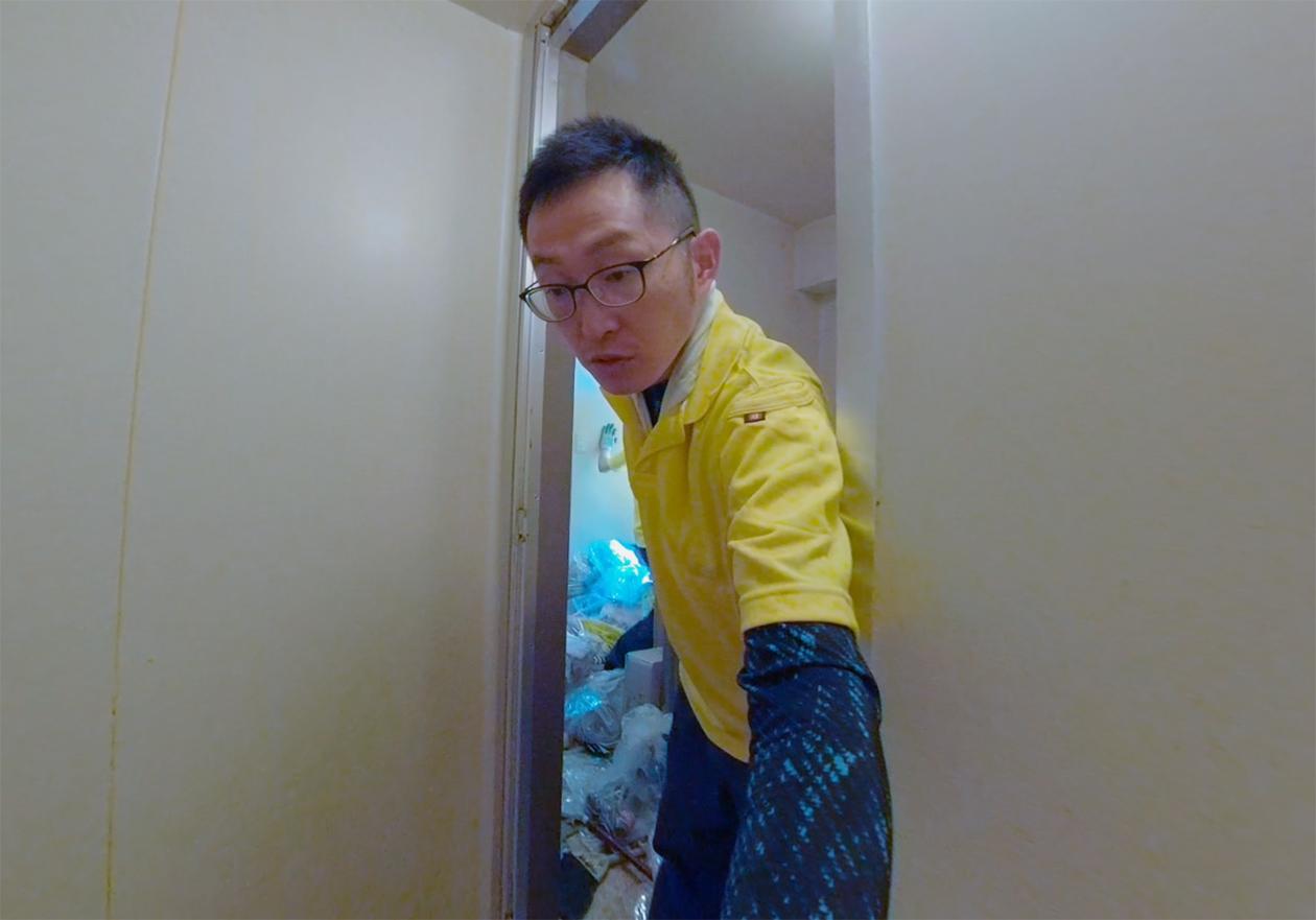 スタッフの岡本が見積りのためお部屋を見ている写真