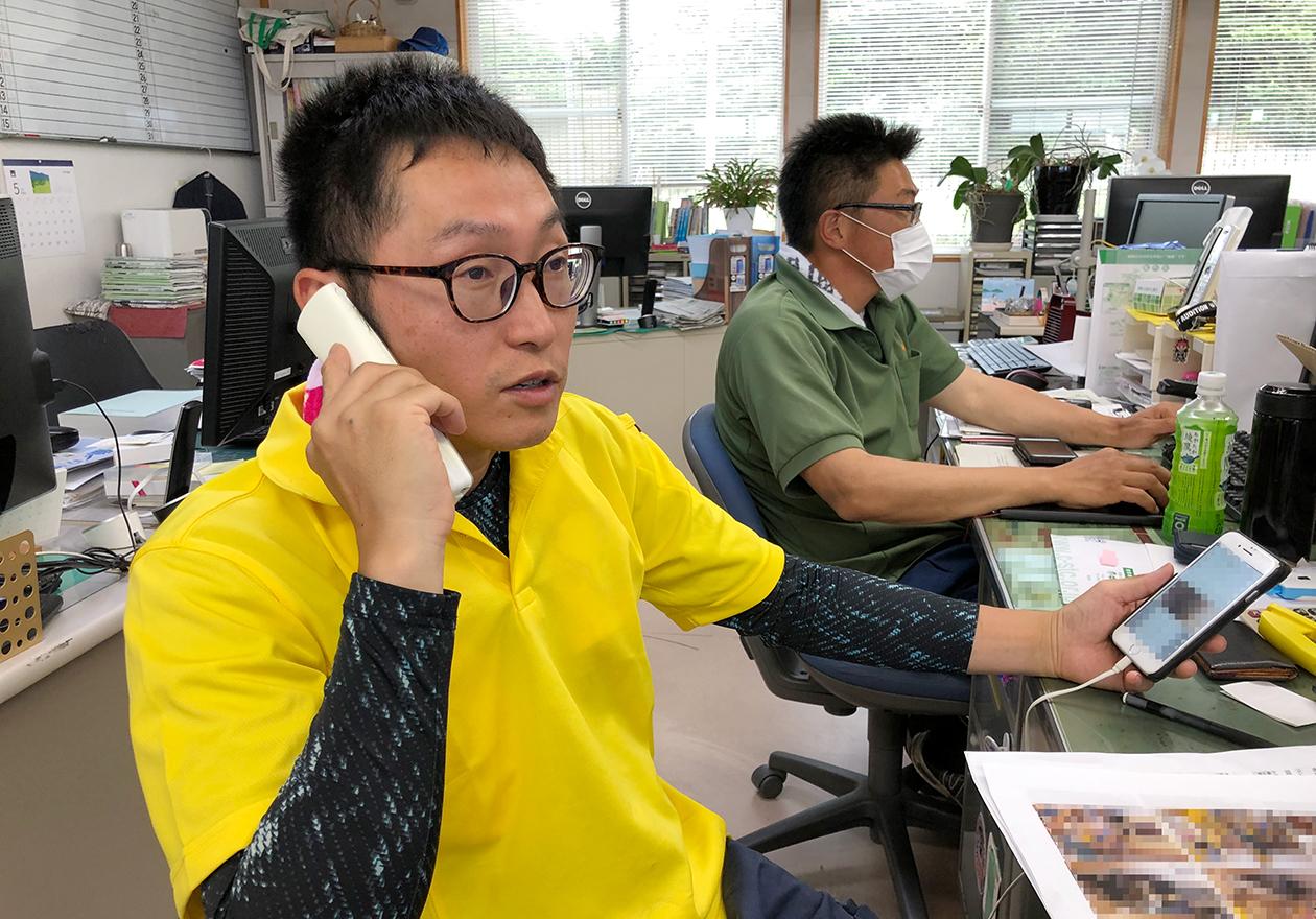 スタッフの岡本が電話している写真1