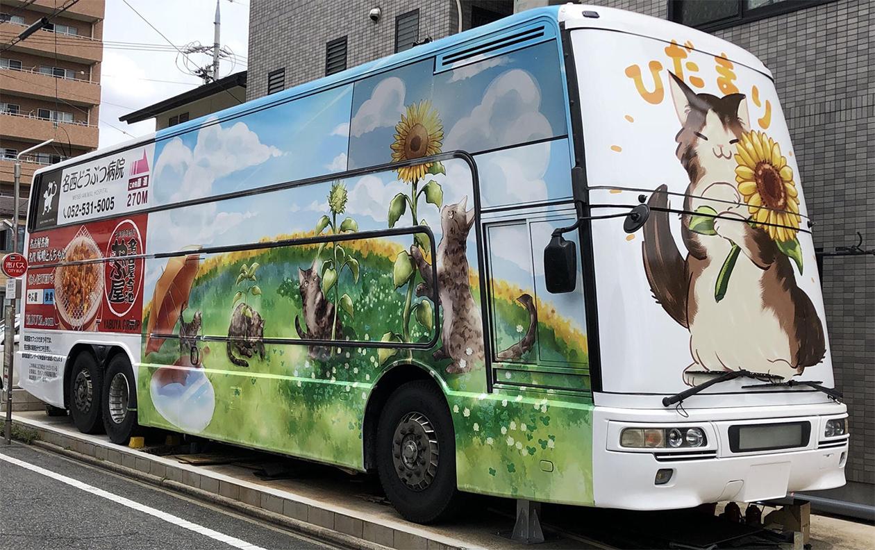 大きな猫の絵が描かれたバスの写真